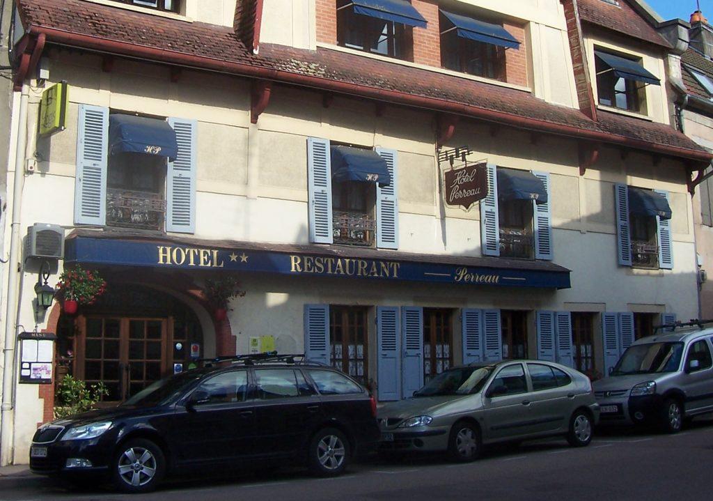 façade de l'Hotel Perreau à Lormes